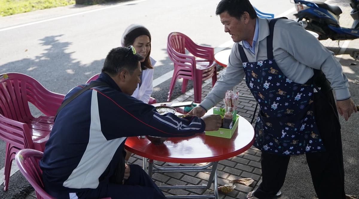 尚武劉台榮麵攤美食,民眾享用麵食。